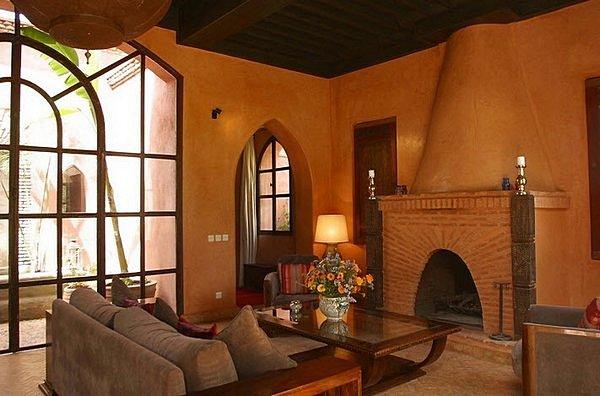 Marokkanskiy_interior_s_kaminom